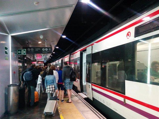 Un tren de Cercanías de Renfe en Málaga con pasajeros en el andén.