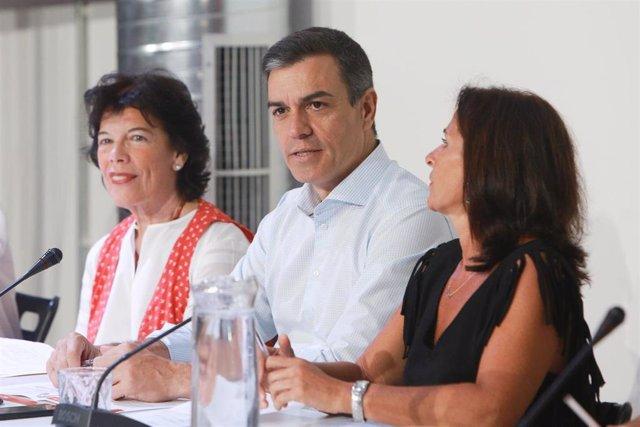 La ministra de Educación y Formación Profesional en funciones, Isabel Celaá, y el presidente del Gobierno en funciones, Pedro Sánchez, durante una reunión con organizaciones del sector de la educación a principios de agosto.