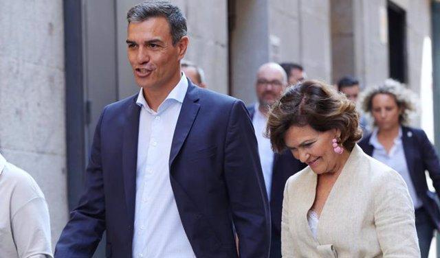 (I-D) La delegada federal LGTBI+ del PSOE, Isabel García; el presidente del Gobierno en funciones, Pedro Sánchez y la vicepresidenta del Gobierno en funciones, Carmen Calvo, a su llegada a la reunión con colectivos LGTBI+ en Madrid.