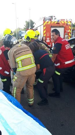 Los bomberos actúan en un accidente