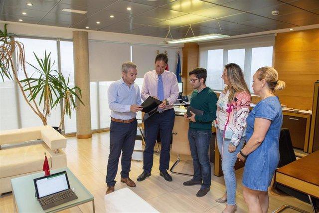 El consejero de Obras Públicas con el alcalde de Guriezo