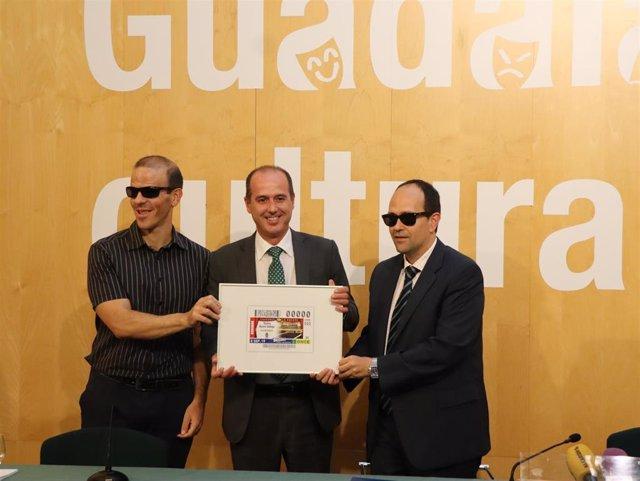 El alcalde de Guadalajara, Alberto Rojo, presenta el cupón de la ONCE que estará protagonizado por el Teatro Buero Vallejo de la ciudad