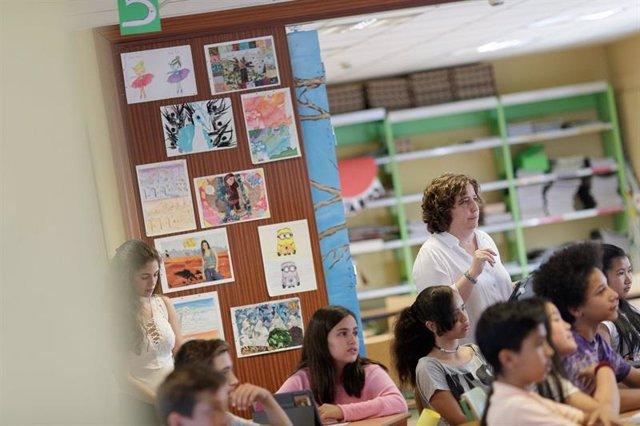 Una profesora durante una clase en un instituto madrileño.