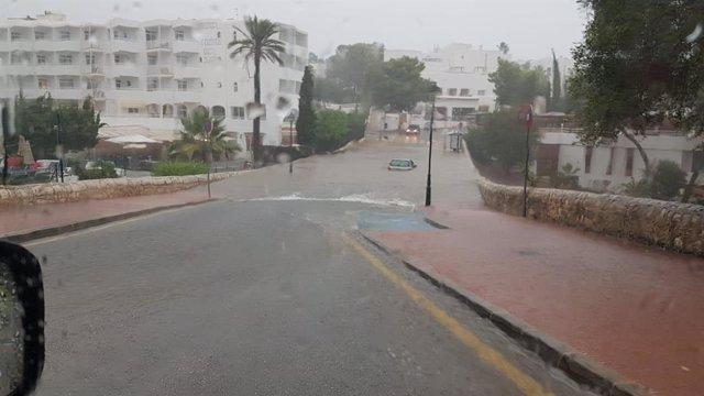Un coche atrapado en una calle inundada el pasado martes en Santanyí.