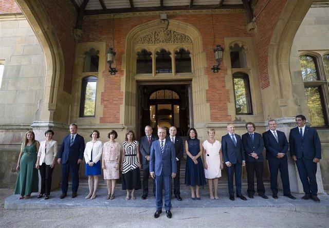 El Gobierno Vasco al completo posa ante el Palacio de Miramar antes del inicio del primer Consejo de Gobierno, tras el verano
