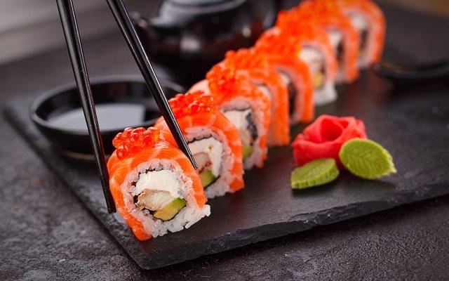 Un plato de sushi.