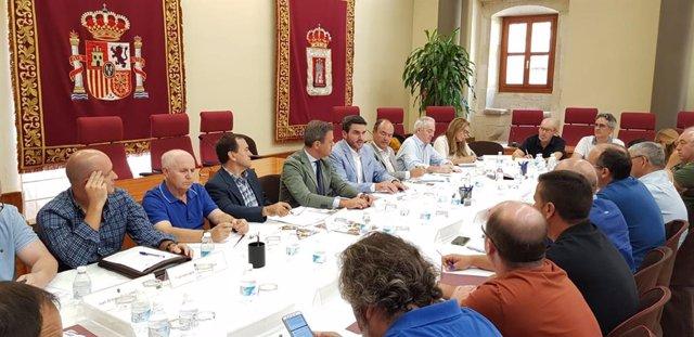 El consejero de Agua, Agricultura, Ganadería, Pesca y Medio Ambiente, Antonio Luengo, junto al Alcalde de Yecla, Marcos Ortuño, durante la celebración de la VII Mesa del Vino