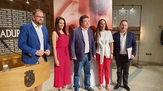 Jesus Cimaro con los representantes políticos en el balance del Festival