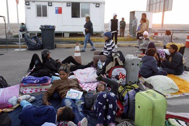 Migrantes venezolanos en un puesto fronterizo de Chile