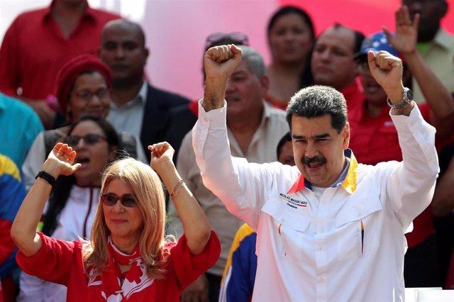 El presidente de Venezuela, Nicolás Maduro, y su mujer, Cilia Flores, en una manifestación oficialista en Caracas