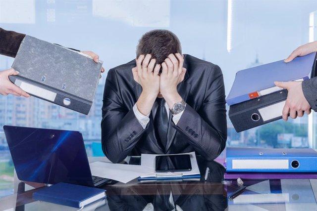 Trabajador estresado, síndrome de burnout.