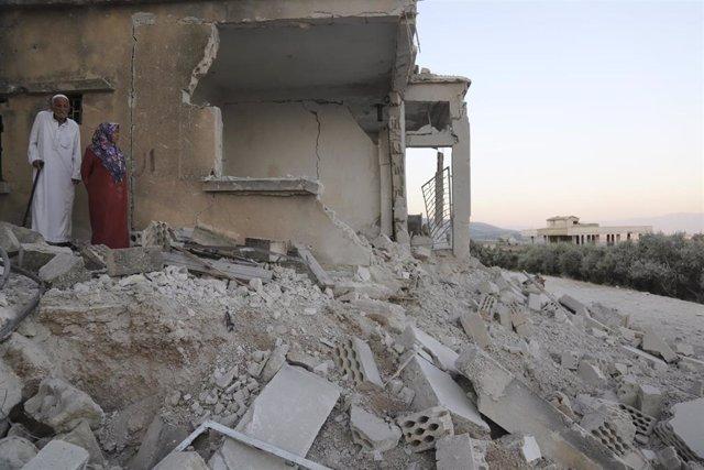 Un matrimonio en una vivienda destruida en la provincia de Idlib