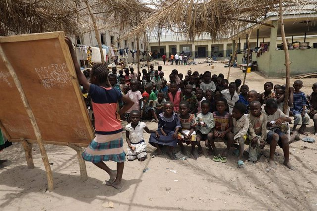 Niños en una escuela improvisada en un campo de desplazados en Benue