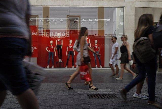 Imágenes de Recurso de las rebajas de Verano 2019.  Transeúntes con bolsas de compra en la calle Velázquez. Sevilla