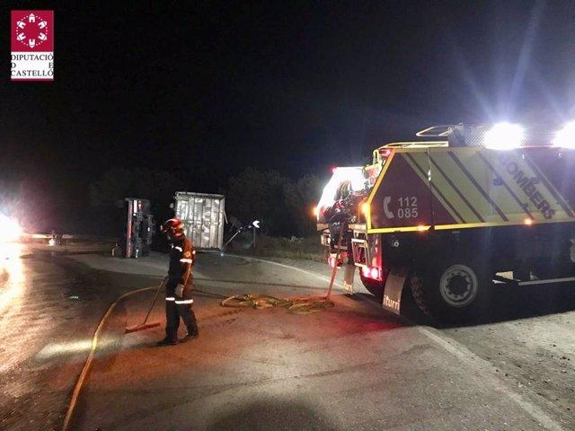 Bomberos trabajando en otro accidente de camión, también esta madrugada, en Morella