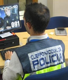 Agente Policía Nacional investiga ordenador