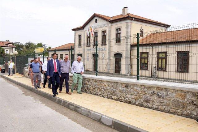 El consejero de Obras Públicas, Ordenación del Territorio y Urbanismo, José Luis Gochicoa, visita la urbanización del entorno del colegio de La Cavada