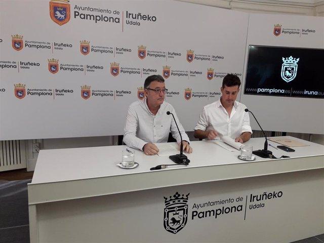 El concejal de Geroa Bai en Pamplona Patxi Leuza (izquierda) y el asistente del grupo municipal Antso Fernández ofrecen una rueda de prensa.
