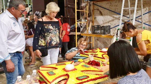 La consejera de Educación, Formación Profesional y Turismo, Marina Lombó, visitó anoche los talleres de carrocistas y peñas que esta tarde participarán en la 110 Batalla de Flores de Laredo, Fiesta de Interés Turístico Nacional.
