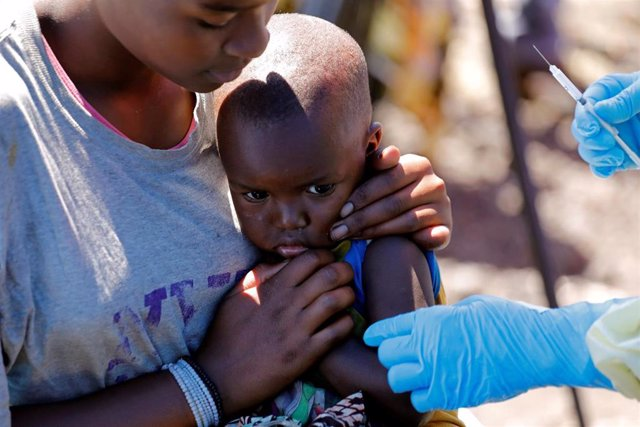 Niño recibe vacuna contra el ébola