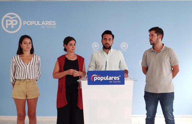 El presidente de NNGG de Sevilla, Pedro González, en rueda de prensa este viernes