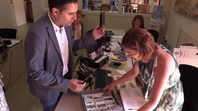 Daniel de la Rosa, alcalde de Burgos, junto a Yolanda Rodríguez, directora del Archivo Municipal de Burgos.