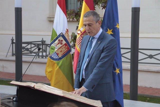 El consejero de Hacienda, Celso González, jura su cargo durante el acto de toma de posesión de los nuevos consejeros del Gobierno de La Rioja.