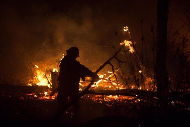 Bombero en las labores de extinción de incendios en Bolivia