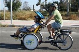 Joven con discapacidad en una bicicleta con la Fundación Lukas