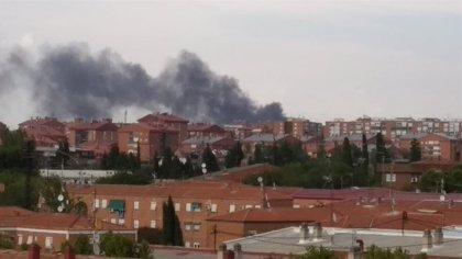 Un incendio en una planta de reciclado de papel en Vicálvaro genera una gran columna de humo