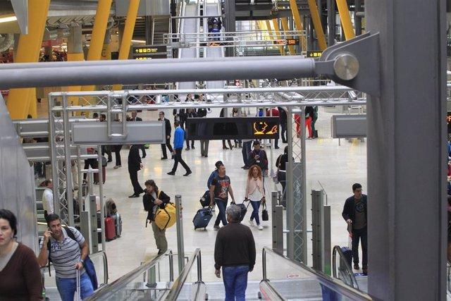 Aeropuerto de Barajas, turismo, turistas, viajeros, viajes, avión, AENA, salidas, llegadas, retrasos, maletas, equipaje.