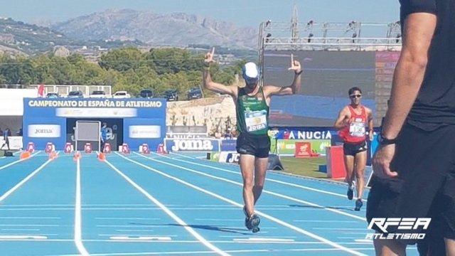 Álvaro Martín celebra su victoria en el Campeonato de España de 10 Km marcha