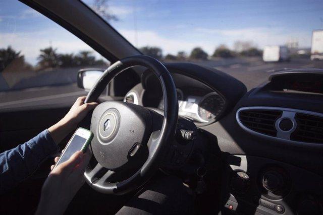 Conductor con teléfono móvil, conducción, tráfico, seguridad vial
