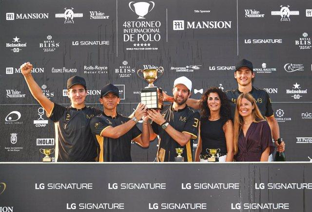 Entrega de la Copa de Oro LG Signature a MB Polo