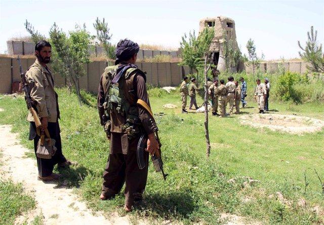 Policías y militares afganos desplegados en la provincia afgana de Kunduz