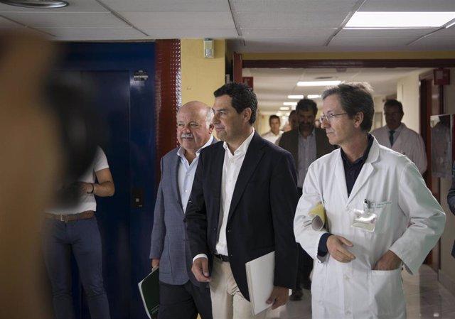 El presidente de la Junta de Andalucía, Juanma Moreno (c), el consejero de Salud y Familias, Jesús Aguirre (i) y el portavoz del Gabinete técnico de Listeriosis, J. M. Cisneros (d) en rueda de prensa tras la reunión con profesionales y técnicos que partic