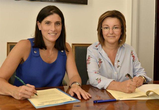 La alcaldesa de Santander, Gema Igual, y la presidenta de ARACCUA, Dolores Cuenca, firman el convenio