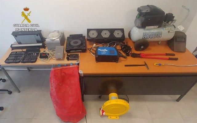 Objetos decomisados en el operativo por robos en comercios en Magaluf y tráfico de drogas en Andratx.