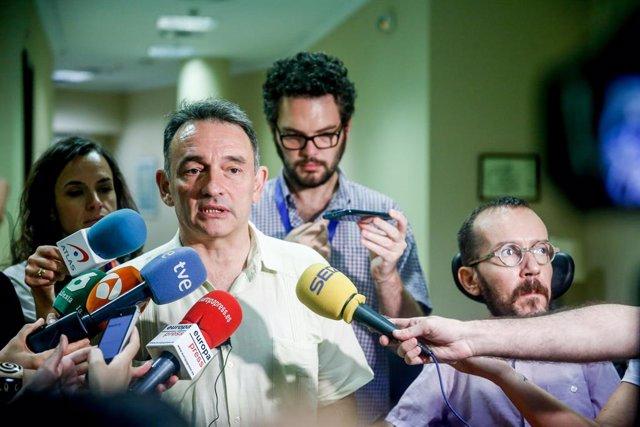 (I-D) El diputado de Unidas Podemos, Enrique Santiago y el secretario de Acción de Gobierno de Podemos, Pablo Echenique, en declaraciones ante los medios de comunicación tras la reunión con representes de asociaciones del mundo científico que reivindican