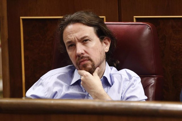 El secretario general de Unidas Podemos, Pablo Iglesias, escucha la réplica del presidente del Gobiern en funciones al discurso del portavoz de ERC en el Congreso de los Diputados durante la segunda sesión del debate de investidura del candidato sociali