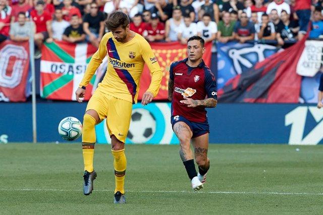 Gerard Piqué (defender; FC Barcelona) and Chimy Avila (forward; CA Osasuna) during the Spanish football of La Liga Santander, match between CA Osasuna and FC Barcelona at the Sadar stadium, in Pamplona, Spain, on Saturday, August 31, 2019.