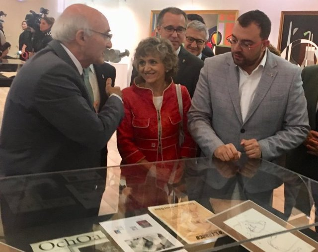 Dolores Carcedo y Adrián Barbón en la visita a la exposición sobre Severo Ochoa