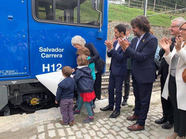 El conseller Damià Calvet y la exconsellera Irene Rigau en la inaguración de la locomotra híbrida Salvador Carrera, bautizada en honor del político y exalcalde de Ribes de Freser (Girona).