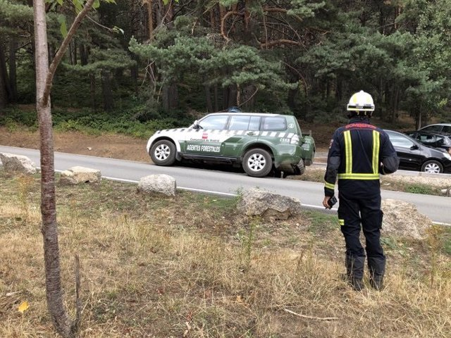 Imagen de un vehículo de agentes forestales de la Comunidad de Madrid en la zona de Las Dehesas de Cercedilla, donde se ha localizado el vehículo de Blanca Fernández Ochoa.