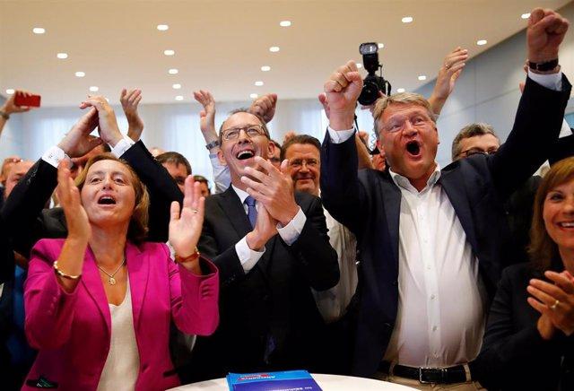 Joerg Meuthen, Beatrix von Storch y Joerg Urban, dirigentes de Alternativa por Alemania (AfD), celebrando las encuestas a pie de urna de las regionales en Sajonia y Brandeburgo