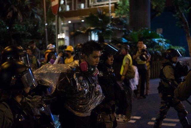Un manifestante detenido durante las protestas de Hong Kong.