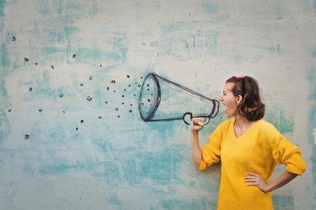 Voz, mujer hablando con un megáfono simulado, gritar