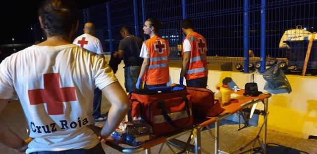 Dispositivo de atención de Cruz Roja tras la llegada de una patera al puerto de Alicante
