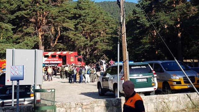 Imagen de vehículos de la Guardia Civil y Bomberos en Cercedilla para participar en el dispositivo de búsqueda de Blanca Fernández Ochoa.