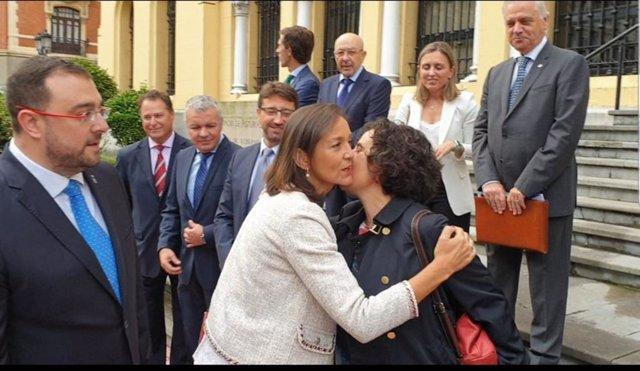 Reyes Maroto saluda a Berta Piñán